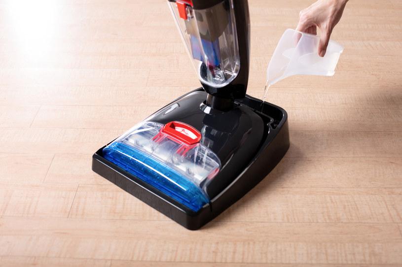 Aby uruchomić tryb samoczyszczący należy wlać wodę do podstawki Easy Clean i włączyć odkurzacz /materiały prasowe