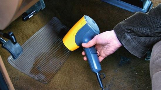 Aby usunąć wilgoć, auto trzeba odkurzyć, a następnie wysuszyć. /Motor