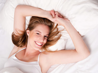 Aby w ciągu dnia uniknąć bólu, zamiast rano zrywać się z lóżka, pozwól kręgosłupowi się obudzić  /© Panthermedia