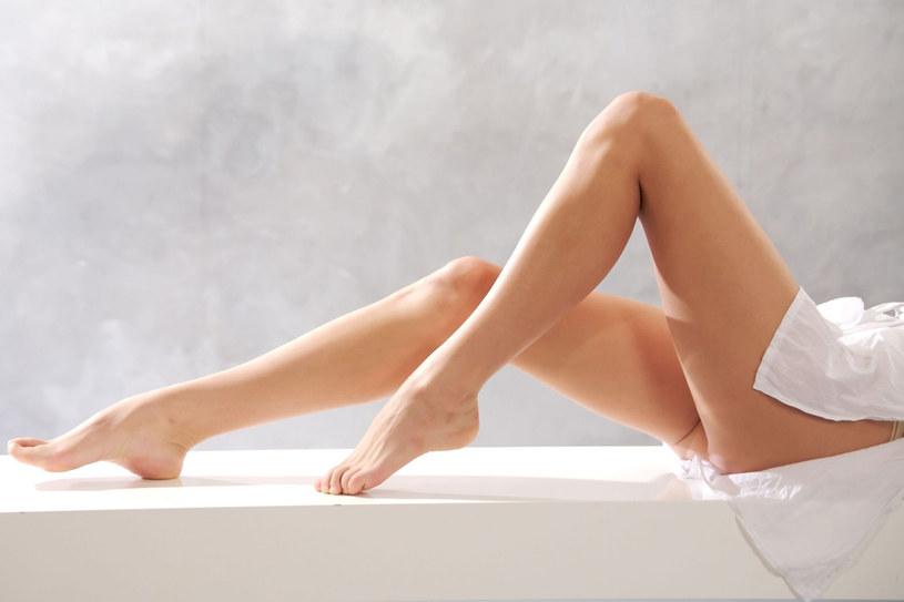 Aby wieczorem nogi nie bolały, musisz dbac o nie przez cały dzień /123RF/PICSEL