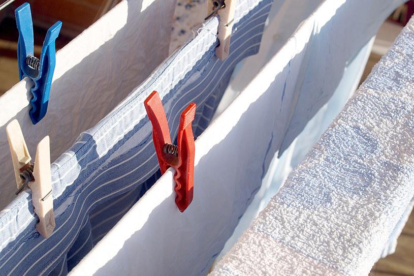 Aby wybielić tkaniny wcale nie potrzebujesz drogich preparatów /123RF/PICSEL
