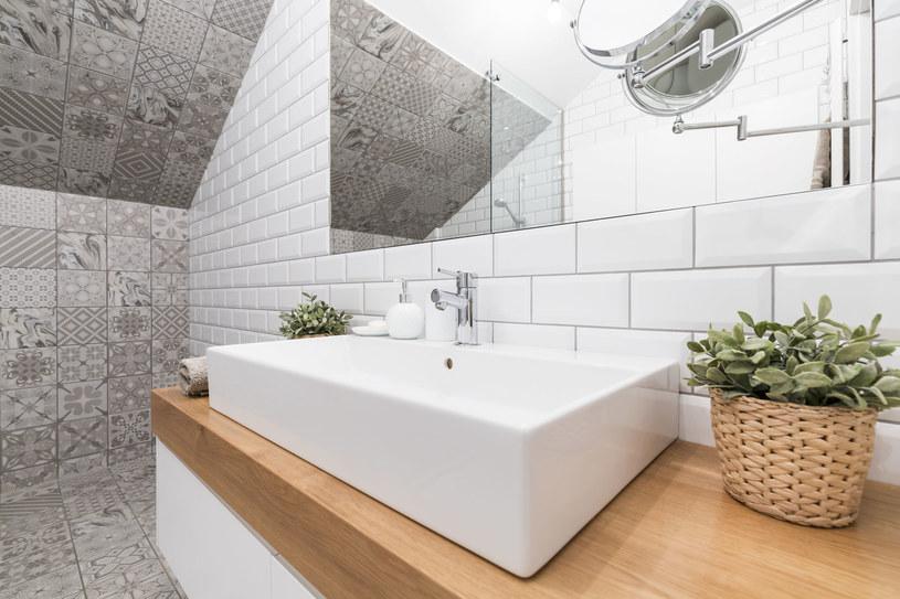 Aby wyczyścić kabinę prysznicową, użyj płynu do nabłyszczania naczyń w zmywarce. Spryskaj szyby i kafelki mieszanką wody oraz płynu (1:1), przetrzyj je i spłucz /123RF/PICSEL