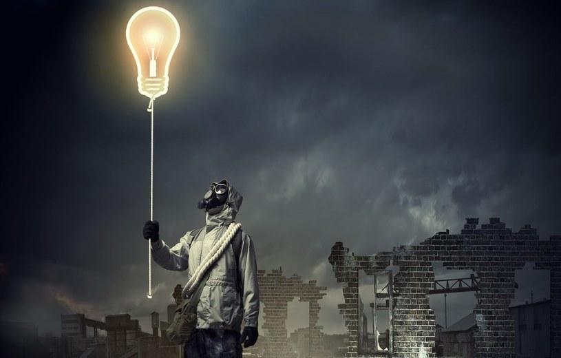 Aby wywołać katastrofę ekologiczną wystarczy stłuc... świetlówkę /123RF/PICSEL