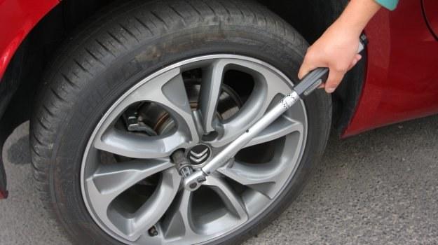 Aby z odkręcaniem nie było problemów, należy przy dokręcaniu kół używać klucza dynamometrycznego. /Motor