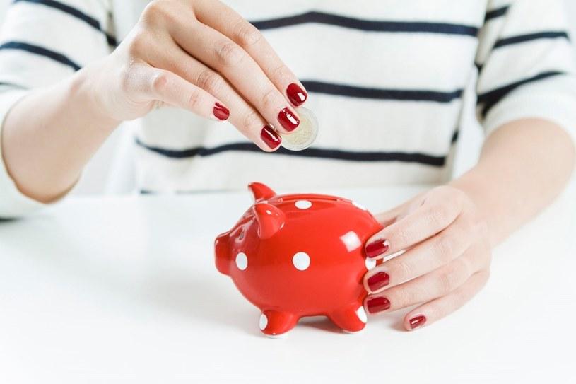 Aby zacząć oszczędzać, należy najpierw ograniczyć niepotrzebne wydatki /123RF/PICSEL