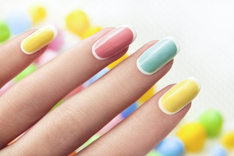 Aby zapewnić neonowemu manicure niepowtarzalny połysk i trwałość, warto zawsze zaczynać od cienkiej warstwy białego lakieru /123RF/PICSEL