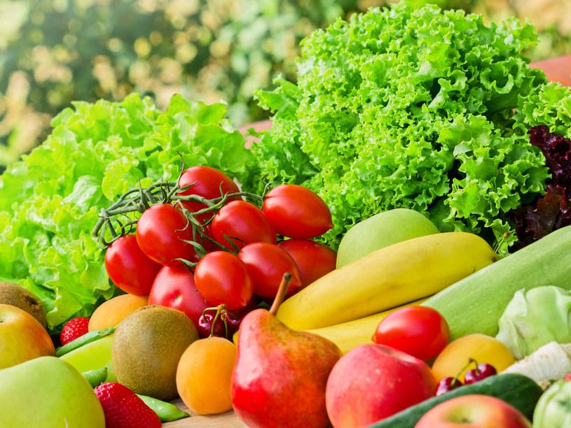 Aby zapewnić organizmowi różnorodne, niezbędne fitoskładniki, warto spożywać owoce, warzywa i soki ze wszystkich pięciu grup kolorystycznych /123RF/PICSEL