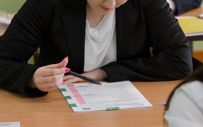 Aby zdać egzamin, trzeba uzyskać co najmniej 30 proc. punktów z przedmiotów obowiązkowych (zdjęcie ilustracyjne) /Łukasz Piecyk /Reporter