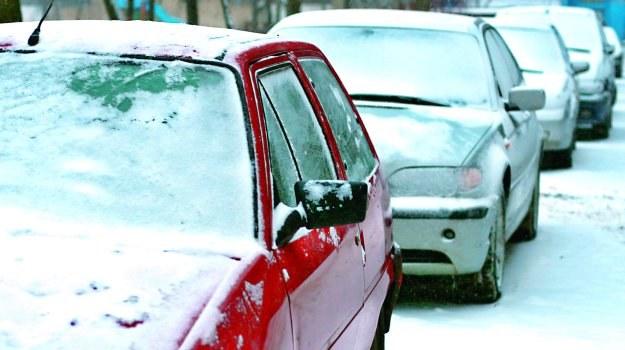 Aby zima jak najmniej dokuczała kierowcy, powinien przygotować do niej samochód. Przypominamy o czynnościach, które warto wykonać o tej porze roku. /Motor