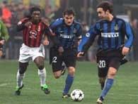 AC Milan - Inter 1:0. Seedorf atakuje Vieriego, z prawej Recoba