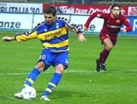 AC Parma - AS Roma 3:0. Adrian Mutu zdobywa z karnego gola na 2:0.