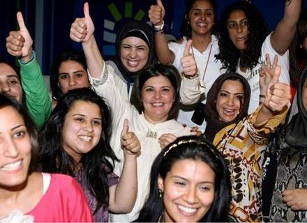 Acil al-Awadi (w środku) świętuje zwycięstwo w wyborach /AFP