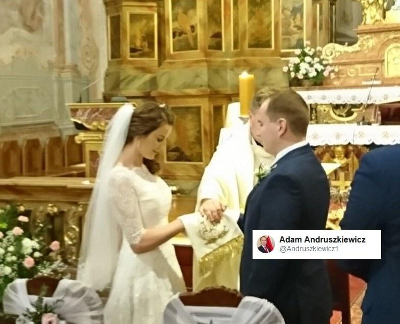 Adam Andruszkiewicz na ślubnym kobiercu /Twitter