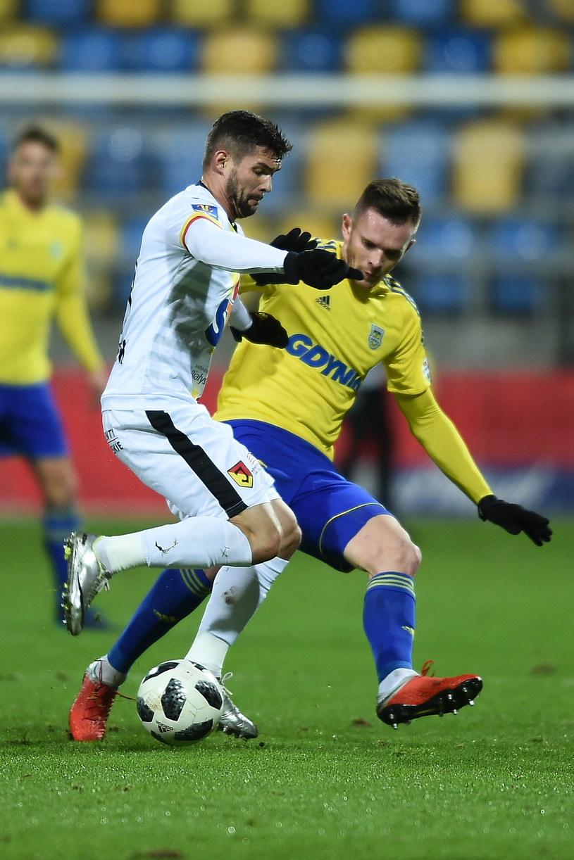 Adam Deja (w żółtej koszulce) został zdyskwalifikowany na trzy spotkania Pucharu Polski /Marcin Gadomski /PAP