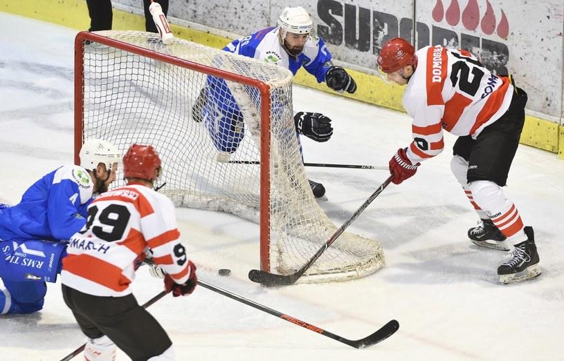 Adam Domogała (P) z Cracovii strzela gola w meczu z Unią Oświęcim / Jacek Bednarczyk    /PAP