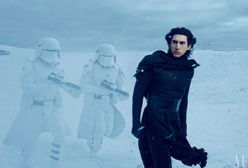 """Adam Driver na planie filmu """"Gwiezdne wojny: Przebudzenie mocy"""" /Vanity Fair"""