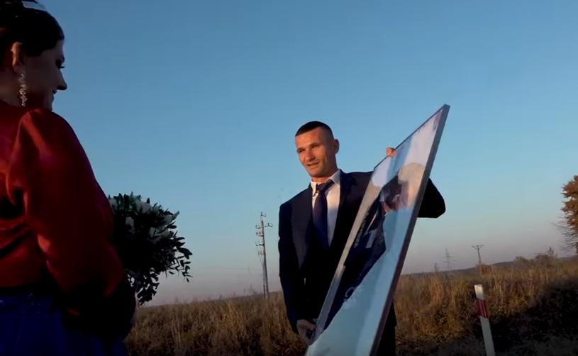 Adam Frączczak wręcza młodej parze koszulkę Pogoni. /