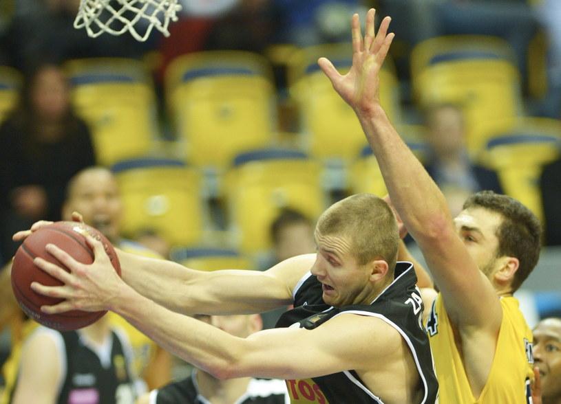 Adam Hrycaniuk (z prawej) blokuje Przemysława Zamojskiego /Fot. Adam Warżawa /PAP