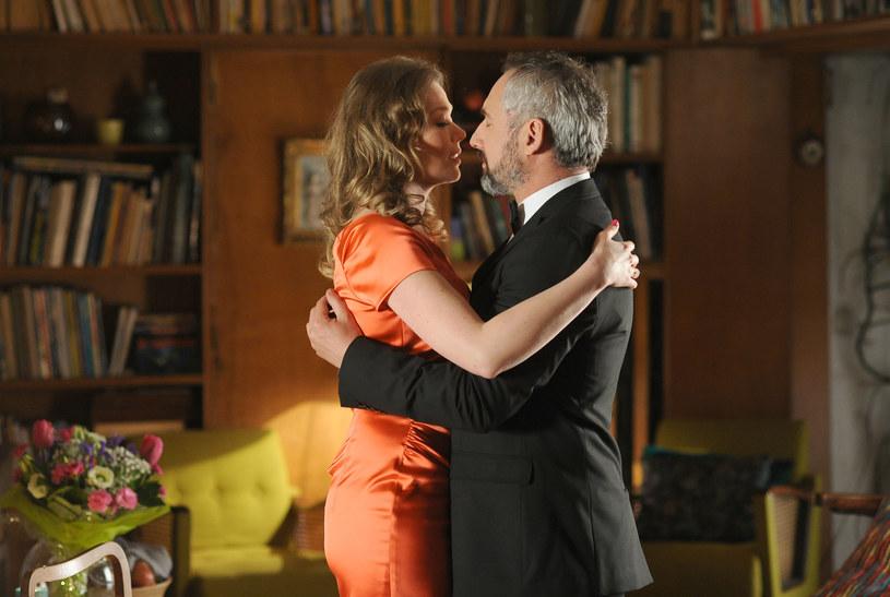 Adam (Jacek Kopczyński) chce z Anną (Tamara Arciuch) mieszkać bez ślubu /Agencja W. Impact