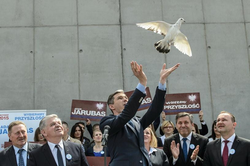 Adam Jarubas wypuszcza gołębia podczas Krajowej Konwencji Samorządowej ludowców /Wojciech Pacewicz /PAP
