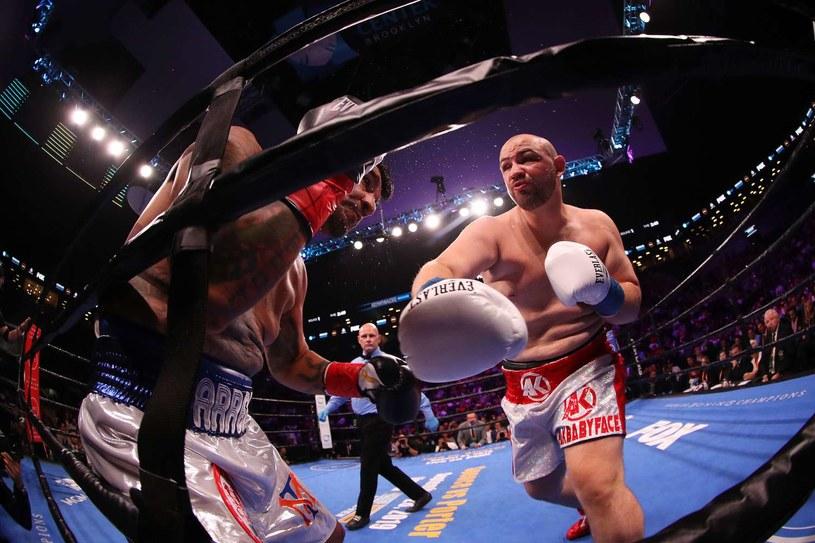 Adam Kownacki w walce z Chrisem Arreolą /AFP