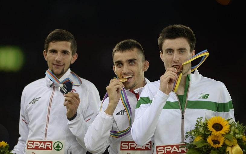 Adam Kszczot (w środku) ze złotym medalem mistrzostw Europy /AFP