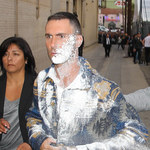 Adam Levine obrzucony cukrem pudrem!