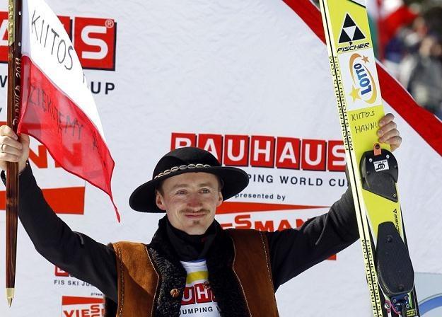Adam Małysz cieszy się na podium w Planicy. Jego ostatni skok w karierze dał mu miejsce na podium /AFP