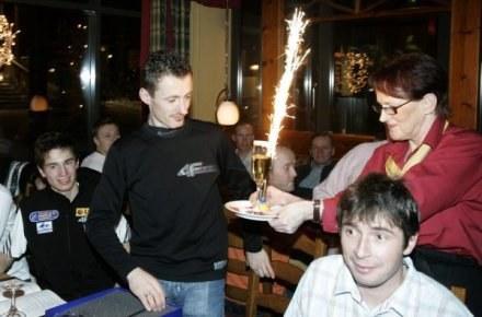 Adam Małysz dostaje urodzinowy kielich od fanki, FOT. Jerzy Kleszcz. /Agencja Przegląd Sportowy