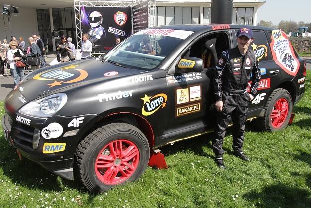 Adam Małysz i jego Porsche Cayenne. Fot. Bartłomiej Zborowski. /PAP