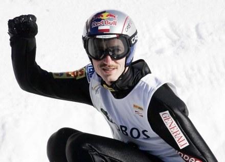 Adam Małysz jest od kilku lat najbardziej popularnym sportowcem w Polsce /AFP