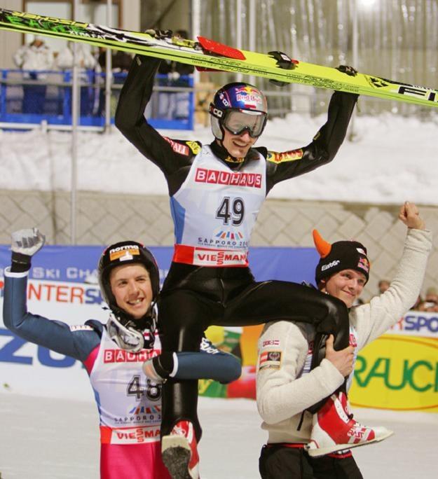 Adam Małysz niesiony przez Simona Ammanna i Thomasa Morgensterna po wygranej na MŚ w Sapporo /AFP