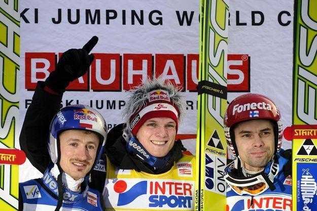 Adam Małysz (pierwszy z lewej) zajął trzecie miejsce ustępując Morgensternowi i Hautamaekiemu /AFP