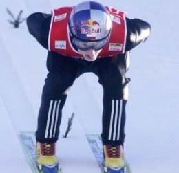 Adam Małysz skoczył najdalej, ale z wyższej belki niż Ahonen /AFP