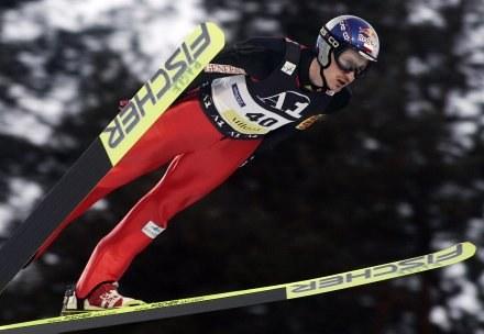 Adam Malysz słabszym drugim skokiem przegrał walkę o podium /AFP