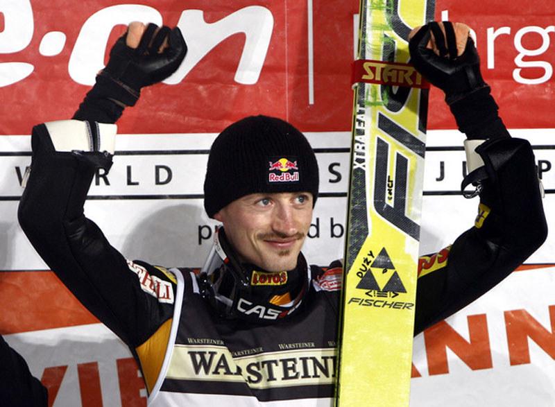 Adam Małysz triumfuje w Titisee-Neustadt w 2007 roku /AFP