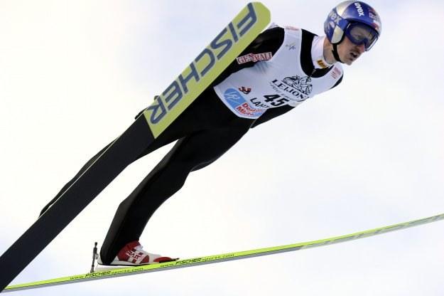 Adam Małysz uzyskał 130 metrów na pierwszym treningu /AFP