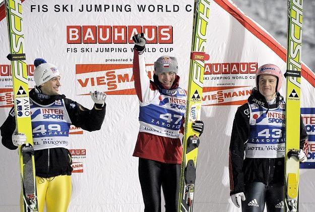 Adam Małysz (w środku) na podium w Zakopanem /AFP