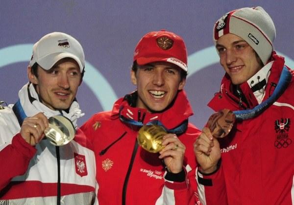 Adam Małysz z dumą prezentuje swój czwarty medal olimpijski /AFP