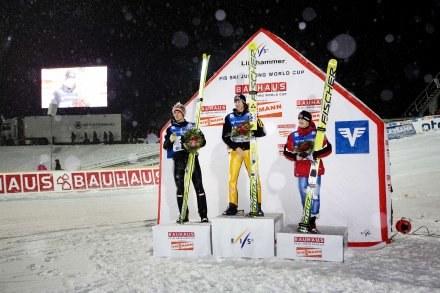 Adam Małysz (z prawej) na podium. Obok Gregor Schlierenzauer i Thomas Morgenstern. /AFP
