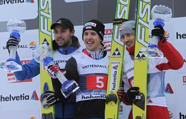 Adam Małysz (z prawej) na podium w Garmisch-Partenkirchen. /AFP