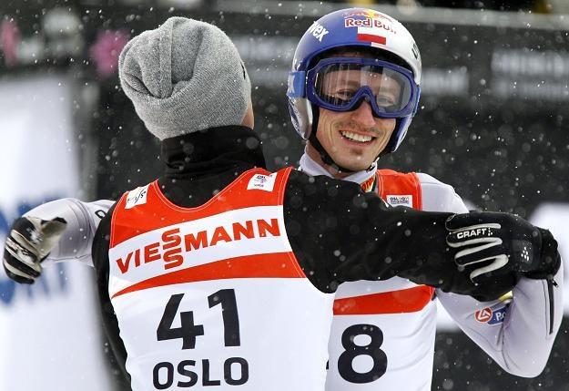 Adam Małysz (z prawej) obok Kamila Stocha. Obaj marzą o medalach MŚ w Oslo /AFP