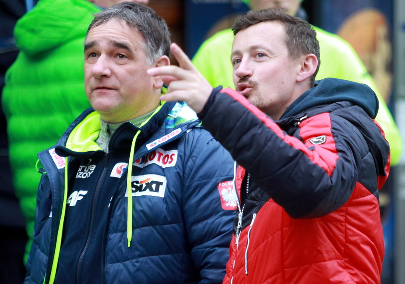 Adam Małysz (z prawej) oglądał skoki w towarzystwie trenera Zbigniewa Klimowskiego. /Grzegorz Momot /PAP