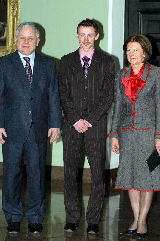 Adam Małysz ze zmarłą parą prezydencką, kwiecień 2007  /East News