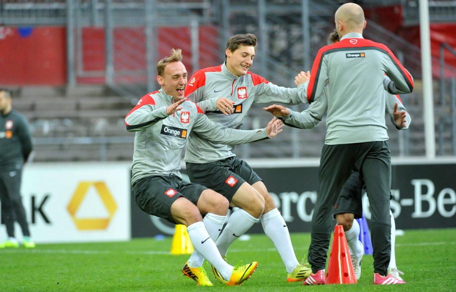 Adam Marciniak (po lewej), Michał Żyro (drugi od lewej) i Michał Pazdan (odwrócony tyłem) podczas treningu reprezentacji Polski w Hamburgu /Bartłomiej Zborowski /PAP