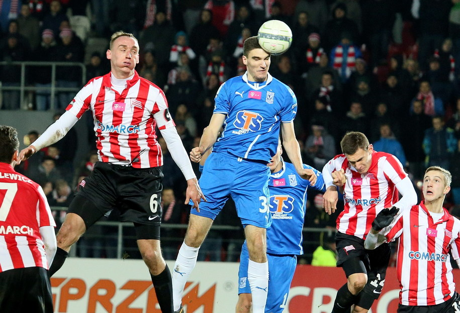Adam Marciniak walczy o piłkę z Marcinem Kamińskim /Stanisław Rozpędzik /PAP