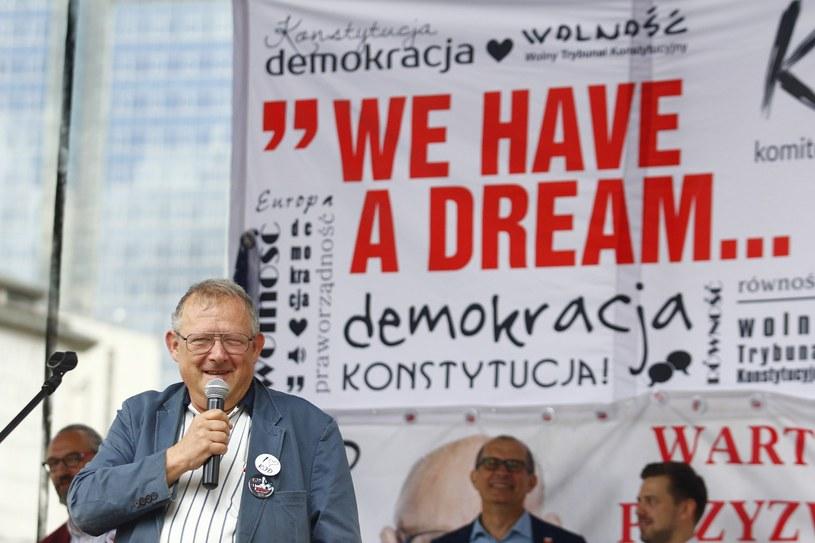 Adam Michnik przemawia podczas manifestacji KOD /Łukasz Kłos /Reporter