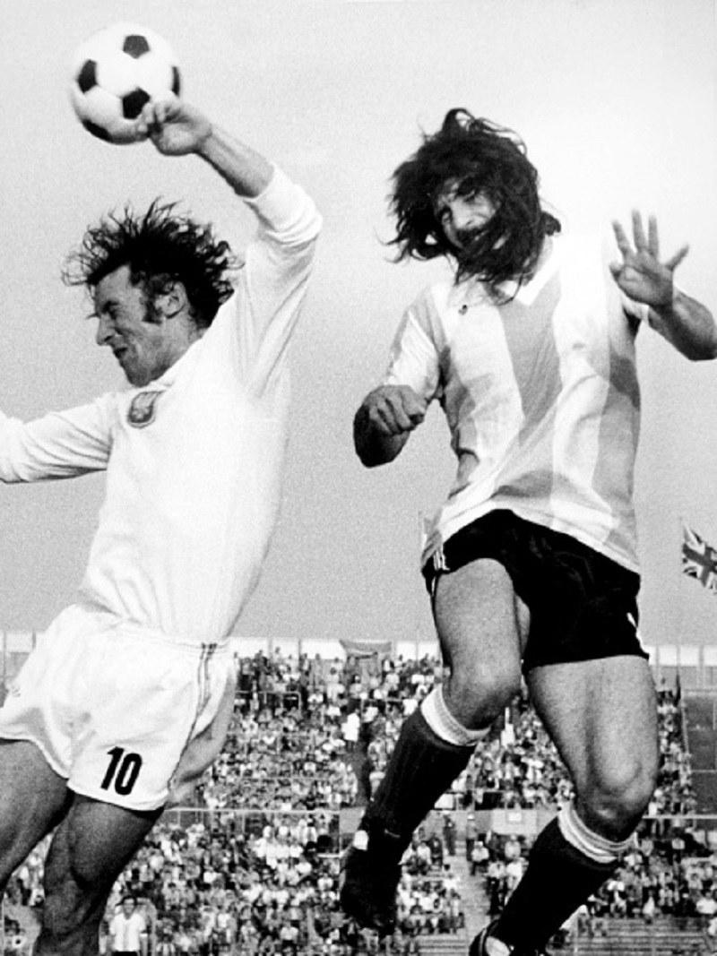 Adam Musiał (z lewej) w pojedynku główkowym z Rubenem Ayalą w meczu z Argentyną na MŚ 1974 /S&G/PA Images via Getty Images /Getty Images