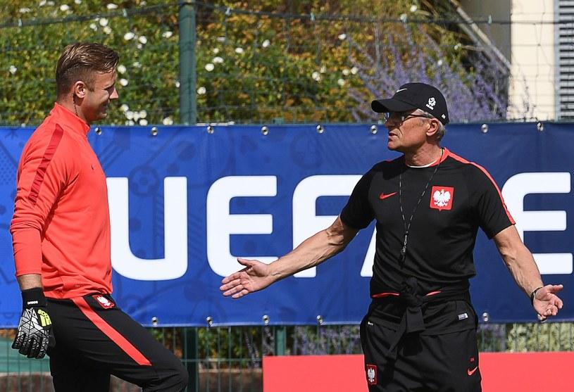 Adam Nawałka (z prawej) nie kalkuluje i myśli tylko o meczu z Ukrainą /AFP