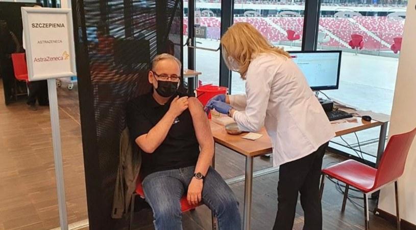 Adam Niedzielski w trakcie szczepienia (źródło: twitter.com/MZ_GOV_PL) /